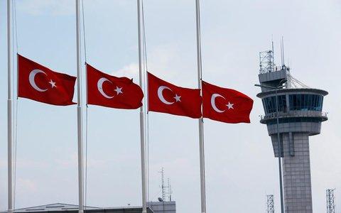 Flaggen auf Halbmast am Flughafen von Istanbul. Foto: REUTERS/Murad Sezer