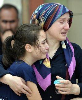 Eine Frau und ein Mädchen vor einer Leichenhalle in Istanbul. DENIZ TOPRAK +++(c) dpa - Bildfunk+++
