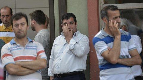 Männer warten vor einer Leichenhalle in Istanbul. Foto: DENIZ TOPRAK +++(c) dpa - Bildfunk+++
