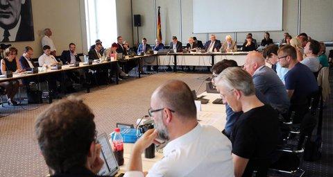So sieht es übrigens im Ausschuss aus.