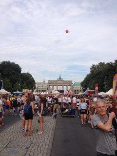 Die Stimmung am Brandenburger Tor ist gut.