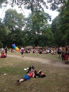 Viele Menschen tanzen auf der Straße des 17. Juni, einige sitzen etwas erschöpft im Tiergarten. Die Stimmung ist nach wie vor gut.