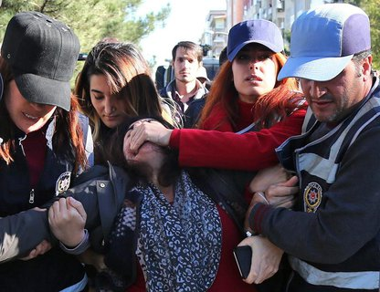 Die türkische Polizei bei der Verhaftung der ehemaligen kurdischen Abgeordneten Sebahat Tuncel am Freitag in Diyarbakir.