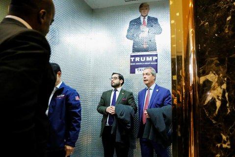 Nigel Farage (rechts) auf dem Weg zu Donald Trump