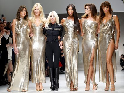Italian designer Donatella Versace acknowledges the applause with former top models Carla Bruni, Claudia Schiffer, Naomi Campbell, Cindy Crawford and Helena Christensen at the end of Versace Spring/Summer 2018 show at the Milan Fashion Week in Milan X02242 / REUTERS