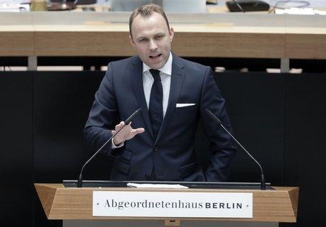 Sebastian Czaja, Fraktionschef der Berliner FDP, bei seinem Statement im Abgeordnetenhaus. Foto: dpa