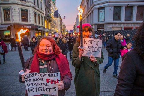 In Oslo, Norwegen, wird mit Fackeln gegen den neuen US-Präsidenten protestiert. Foto: NTB Scanpix/Stian Lysberg Solum via Reuters