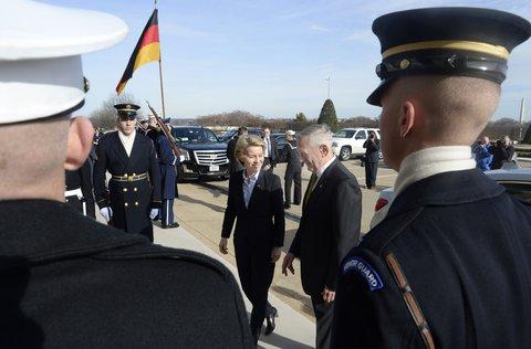Bundesverteidigungsministerin Ursula von der Leyen wird in Washington von ihrem Kollegen James Mattis begrüßt (AFP).