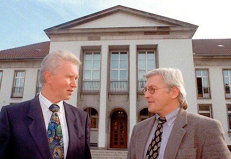 1996 wird Steinmeier Leiter der Niedersächsischen Staatskanzlei. Das Foto zeigt ihn mit seinem Vorgänger Willi Waike in Hannover.