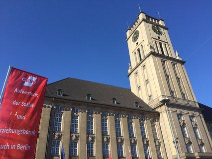 Blauer Himmel beim Warnstreik am Rathaus Schöneberg. Julica Osterhage