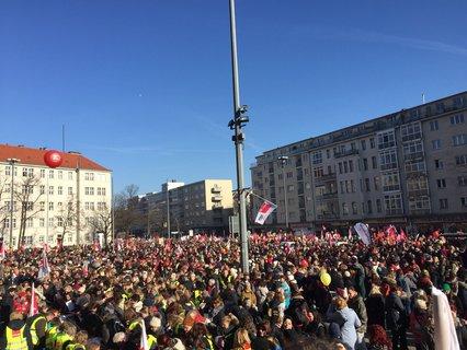 Hunderte von Menschen wollen auf den Rathazs Schöneberger Platz. Osterhage