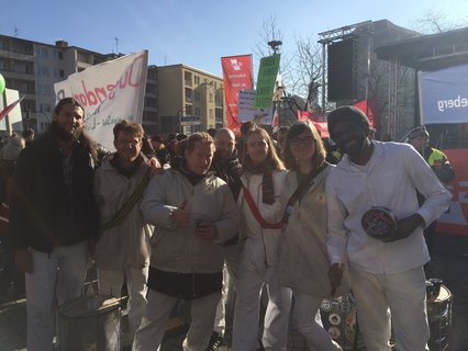 Mit lauten Trommeln und anderen Instrumenten haben die Samba Gruppe Sapucaiu No Samba,  den Streikzug vom Wittenbergplatz zum Rathaus Schöneberg begleitet. Julica Osterhage