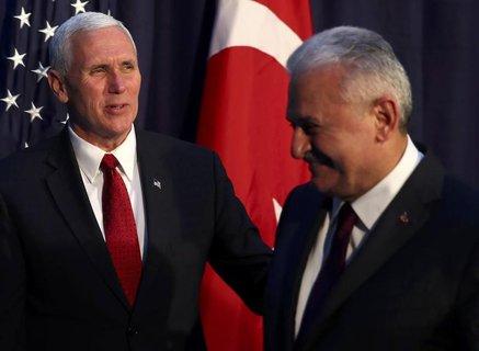 US-Vizepräsident Mike Pence (links) und der türkische Ministerpräsident Binali Yildirim auf der Sicherheitskonferenz in München. (Foto: Reuters/ Michael Dalder)