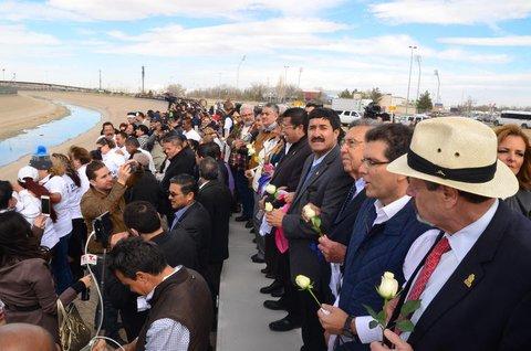 Mauer aus Menschen: Mit weißen und farbigen Rosen in der Hand haben zahlreiche Menschen an der Grenze zwischen Mexiko und den USA am Ufer des Rio Grande gegen die Einwanderungspolitik von US-Präsident Trump. Der Protest fand am Freitag statt. (Foto: dpa)