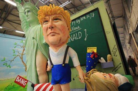 Ein Motivwagen, der den US-Präsidenten Donald Trump und die Freiheitsstatue darstellen soll, am Dienstag in Köln (Nordrhein-Westfalen) bei der Vorstellung der Wagen für den Rosenmontagsumzugs Foto: Oliver Berg/dpa