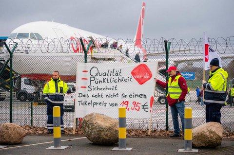 Protest am Flughafenzaun. Foto: dpa