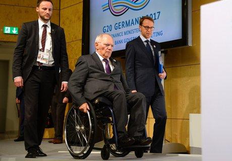 Finanzminister Wolfgang Schäuble auf dem Weg zur Pressekonferenz. (Foto: AFP/  Thomas Kienzle)