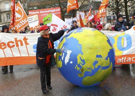 Demonstration gegen das G20-Treffen in Baden-Baden. Foto: Reuters/ Kai Pfaffenbach