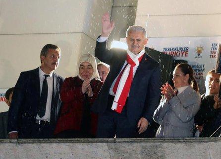 Noch-Ministerpräsident Binali Yildirim (winkend) auf dem Balkon des AKP-Hauptquartiers in der Haupstadt Ankara.  AFP PHOTO / ADEM ALTAN
