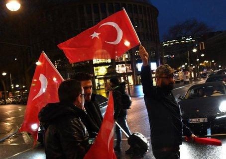 Eine kleine Gruppe Türken feiert auf dem Kurfürstendamm in Berlin das Referendumsergebnis. Foto: Paul Zinken/dpa