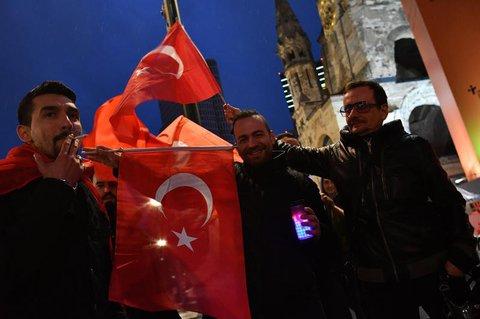 Einig kleine GruppeTürken feiert auf dem Kurfürstendamm in Berlin das Referendumsergebnis. Foto: Paul Zinken/dpa