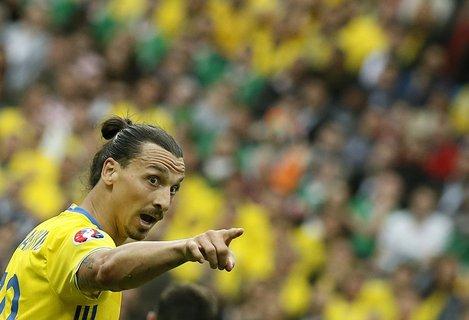 Ibrahimovic zeigt, wo es für Schweden lang gehen soll. Foto: dpa