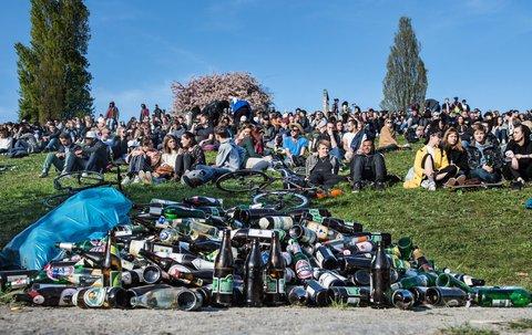 Zahlreiche Flaschen liegen im Mauerpark. Foto: dpa