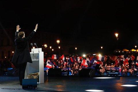 Emmanuel Macron dankt den Mitstreitern und Unterstützern bei seiner Dankesrede am Pariser Louvre.