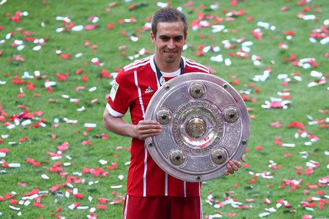 Bayern Munich's Philipp Lahm celebrates with the trophy after winning the Bundesliga X01095 / REUTERS
