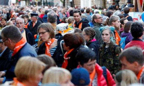 Der Abend der Begegnung mit vielen Menschen auf der Straße. Foto: Reuters