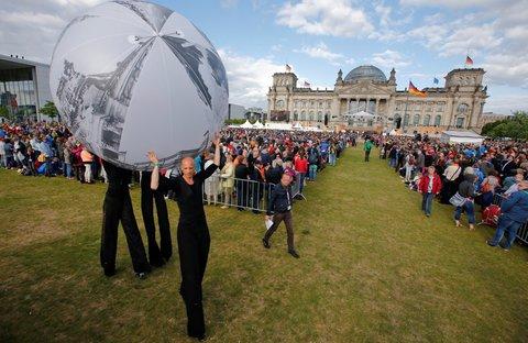 Einer der Bälle, die bei der Eröffnungszeremonie des Kirchentages umhegetragen wurden. Foto: Reuters
