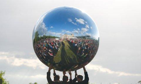 Einer der Bälle, die bei der Eröffnungszeremonie umhergetragen wurden. Dieser ist verspiegelt. Foto: Reuters