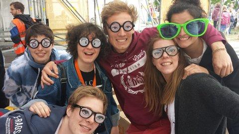 Du siehst mich. Das Motto des Kirchentages spiegelt sich im Brillenmodell dieser jungen Menschen am Askanischen Platz wider.