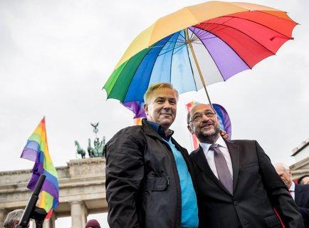 SPD-Kanzlerkandidat Martin Schulz und Berlins ehemaliger Regierender Bürgermeister Klaus Wowereit bei einer Veranstaltung der SPD zur Ehe für alle vor dem Brandenburger Tor in Berlin. (Foto: Michael Kappeler/dpa)