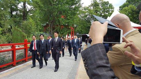 Die Delegation mit dem Präsidenten Chinas kommt