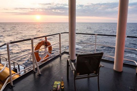 """Ein Platz an der Sonne. Die Kabinen der """"Combi Dock III"""" haben keine Außenbalkone. Gute Aussichten und ein geschütztes Plätzchen sind dennoch leicht zu finden. Foto: Jan Sieg"""