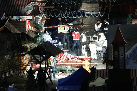 Covered dead bodies lie on the ground of a Christmas market after a truck ploughed through a crowd in Berlin X00616 / REUTERS