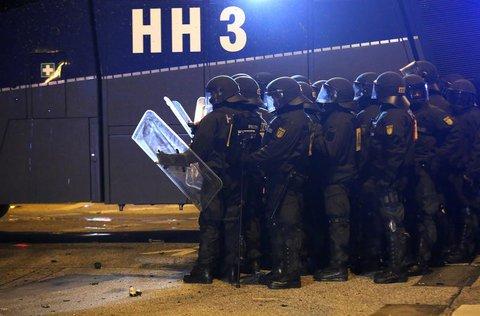 Polizisten stehen im Schanzenviertel neben einem Wasserwerfer. Foto: Bodo Marks/dpa