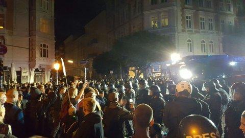 Polizei, Wasserwerfer und Tänzer. Foto: Frank Jansen