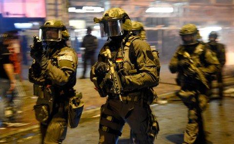 Spezialkräfte der Polizei im Schanzenviertel in Hamburg. Foto: Axel Heimken/dpa