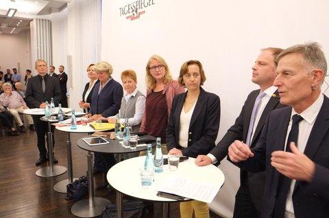 Die Berliner Spitzenkandidaten für die Bundestagswahl und ganz vorne Moderator Gerd Nowakowski. Foto: Kai-Uwe Heinrich