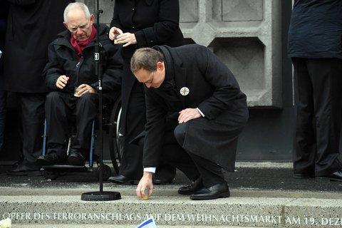 Berlins Regierender Michael Müller und Bundestagspräsident Wolfgang Schäuble ein Jahr nach dem Attentat an der Gedächtniskirche.