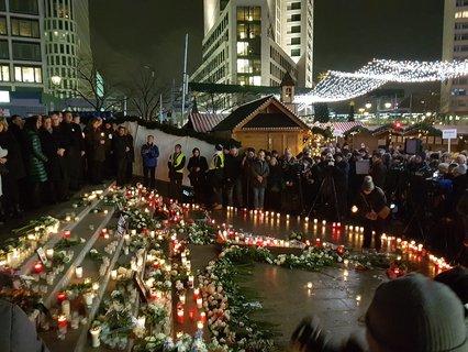 Leuchtzeichen für die Opfer, die vor einem Jahr am Breitscheidplatz ihr Leben verloren oder verletzt wurden.