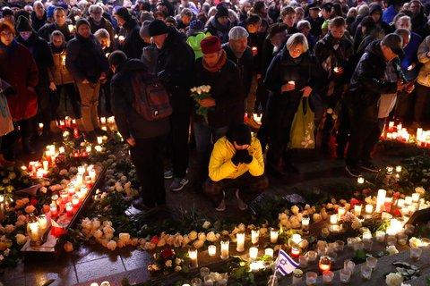 Am Breitscheidplatz: Da, wo genau ein Jahr zuvor Chaos und Leid herrschten, erinnerten heute viele mit Blumen und Kerzen an die Opfer.