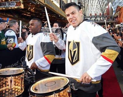 Da trommeln sie sich einen. Fan-Fest in Las Vegas bei den Golden Knights, lenkt uns kurz mal ab.