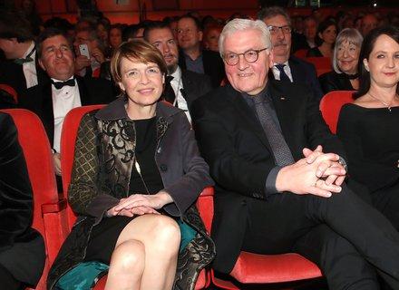 Auch Bundespräsident Frank-Walter Steinmeier sitzt mit seiner Frau im Publikum.