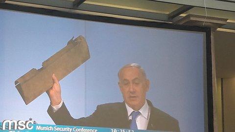 Der israelische Premier Netanjahu zeigt auf der Münchner Sicherheitskonferenz ein Trümmerteil. Es stamme von einer iranischen Drohne, die Israel am 10.2. in israelischem Luftraum abgeschossen hat.