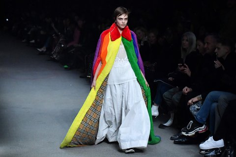 Cara Delevigne trug einen imposanten Shearling-Mantel.