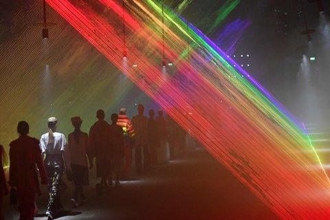 Die Models liefen zwischen bunten Laserstrahlen.