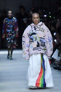 Das ModelAdwoa Aboah trug einen Kapuzenpullover aus Shearling mit Graffiti-Aufdrucken.